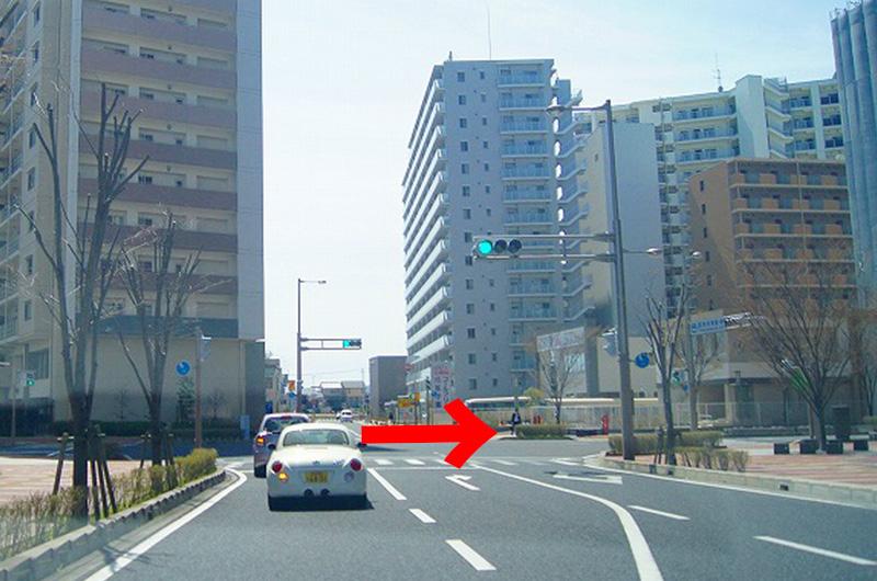 すぐにある交差点を右折